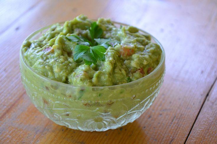 1) Rozmačkaná avokáda smícháme s citronem. Poté přidáme rajčata, cibuli, papričky, nakrájené koriandrové lístky, rozetřený česnek a koření. 2)...