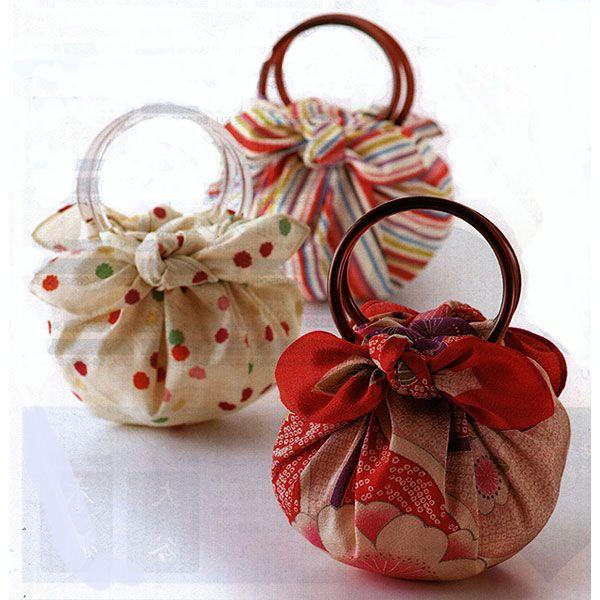 Furoshiki è il nome di un foulard di forma quadrata, deriva dall'arte di saper piegare e annodare i foulard in molti modi stravaganti e originali,