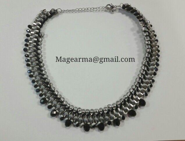 Collar de cadenas en tonos grises, negros y blancos con cuentas de cristal