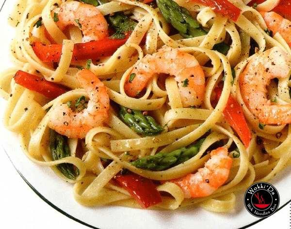 Паста с морепродуктами Ингредиенты 250 г спагетти 500 г морского коктейля 2 больших мясистых помидора 2 зубчика чеснока 1 красный перец чили оливковое масло «экстра вирджин» соль, свежемолотый черный перец Приготовление Шаг 1 Заранее положите морской коктейль в дуршлаг, а его поставьте на миску. Уберите в холодильник на самую холодную полку и оставьте до полного размораживания. Промойте холодной водой и обсушите. Шаг 2 Раздавите зубчики чеснока ножом и очистите. Разрежьте перец чили вдоль…