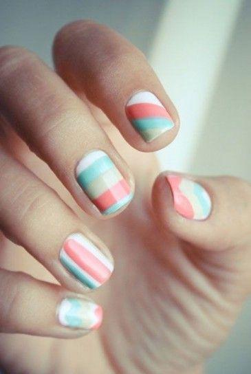 Nail art a strisce colori pastello