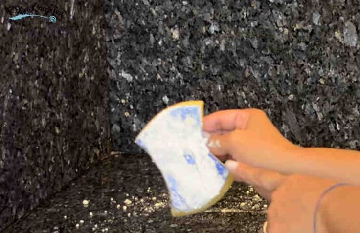 El mármol es una opción popular para los mostradores, las superficies de las mesas, los pisos y los marcos de las chimeneas. Este le brinda una belleza natural a las casas, pero también requiere cuidados especiales para evitar los daños y las manchas, los cuales pueden ocurrir con facilidad debido a