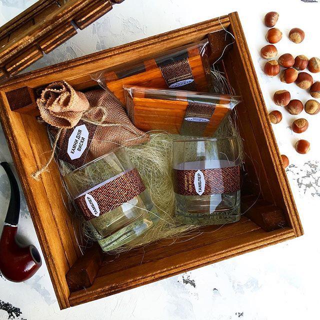 """Подарочный набор """"Настоящего мужчины"""". в комплекте: камни для виски в мешочке 9 штук, 2 стакана для виски, 2 деревянные подставки-палеты, деревянный морёный ящик. Дизайн и состав набора можем изменить по желанию клиента."""