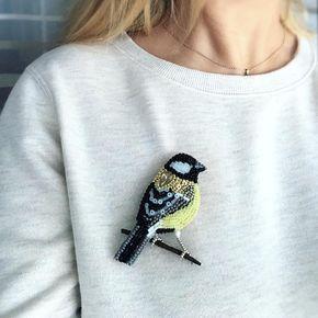 Вот так птах сидит на одежде #брошьручнойработы #птица #синица #синичка #вышивкабисером #ручнаяработа #brooch #fancywork #needlework #titmouse #tomtit #chickadee #handmade #embroidered
