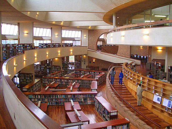 Es una biblioteca en Bogotá. Hay muchos libros en Bogotá.