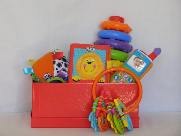 Cesta con juguetes adecuados para los primeros meses del - Cesta para guardar juguetes ...