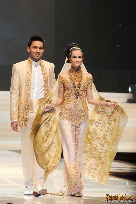 Meskipun Imira, istri Teuku Zacky berasal dari luar negeri, kebaya Anne membuatnya jadi seperti orang Indonesia asli.