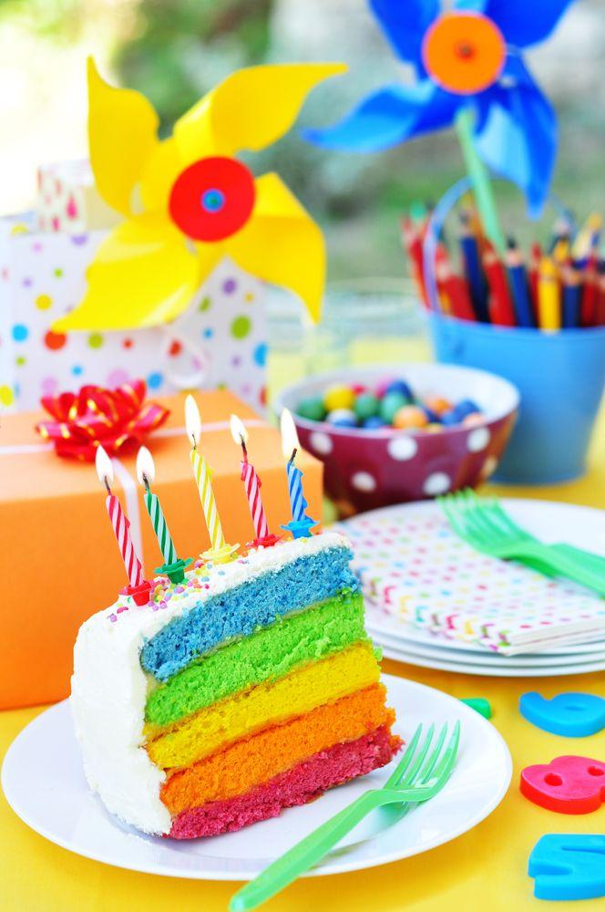 Regenboog taart (rainbow cake) is de naam voor een mooie taart waarvan de taart bodem is opgebouwd uit meerdere lagen van verschillende kleuren. Het maken van deze taart kan je doen door middel van dit recept. Het kost relatief veel tijd om deze taart te bakken en maken, maar is zeker de moeite waard. Met... Lees meer over Rainbow cake recept & Regenboog taart recept