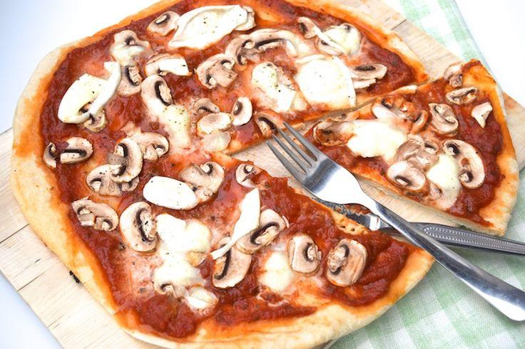 5 or less: Een zelfgemaakte pizza funghi is zoveel beter dan uit de diepvries! #recept #pizza #vega #5orless