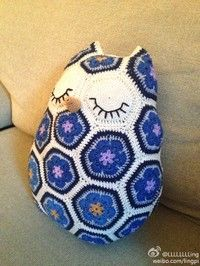 Super cute, but no pattern. I think I can figure it out. Looks like a hexagonal motif. Might have to try this one.