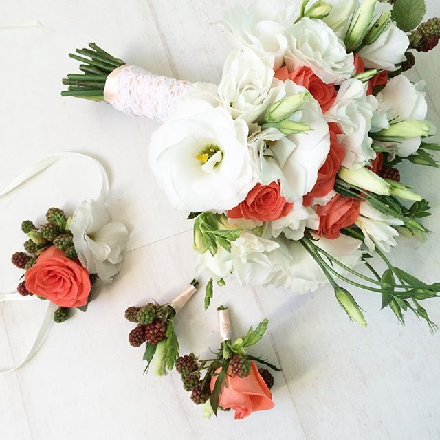 Коралловые розы под цвет галстука жениха
