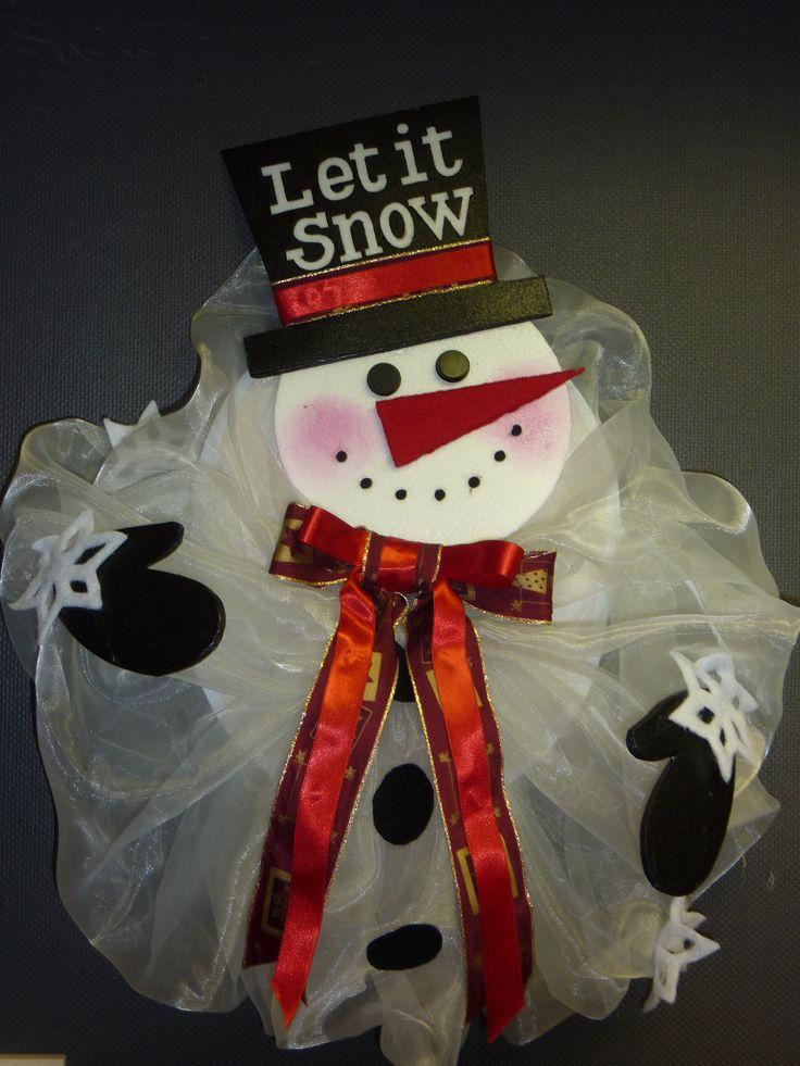 Sneeuwman hanger, van witte organza.Ko, handen en hoed zijn gemaakt van piepschuim pizza-onderleggers.