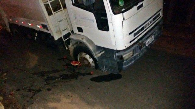#News  Caminhão da Prefeitura de João Pinheiro afunda em asfalto na Rua Frei Carmelo.
