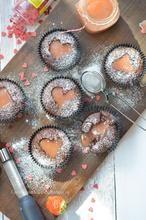 Liefde gaat door de maag. Deze chocolade cupcakes met een hart van aardbeien curd doet een hart sneller kloppen. Het hartje? Dat maakt ik op een eigen manier zonder uitsteker. Hoe laat ik je zien bij de bron.