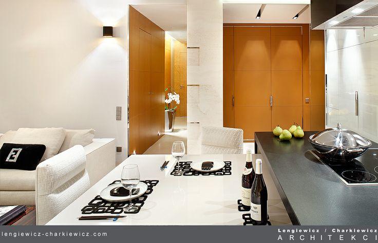 Kuchnia z widokiem na salon. W tle szafy obite grubą, lecz niezwykle delikatną w dotyku skórą cielęcą. Projekt i realizacja: lengiewicz-charkiewicz.com #kitchen #leather (fotografia: Aleksander Rutkowski)