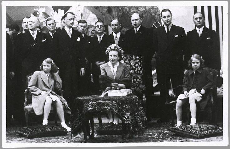 Het koninklijk gezelschap luistert naar een toespraak alvorens prinses Beatrix haar wapen zal onthullen in de naar haar vernoemde jaarbeurshal