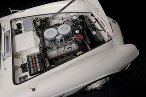 写真:150馬力V8エンジンの後輪駆動