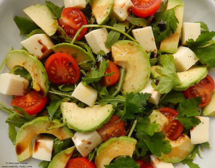 Salata cu avocado si rosii cherry.  Avocado and cherry tomato salad.