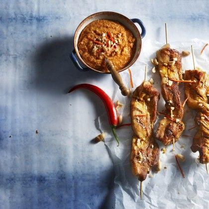 Meng 2 eetlepels olie met de Mexicaanse kruiden en bestrijk de speklapjes ermee. Rijg de speklapjes in de lengte aan de spiesen en zet apart. Maal de pinda's bijna fijn in een keukenmachine of gebruik een vijzel. Verhit de rest van de olie en fruit hierin de sjalotjes, knoflook en rode peper 2-3 minuten. Voeg kaneel, chilipoeder, kippenbouillon, gezeefde tomaten en de gemalen pinda's toe en verwarm al roerend tot een lichtgebonden saus. Verhit intussen een grill- of koekenpan en rooster…