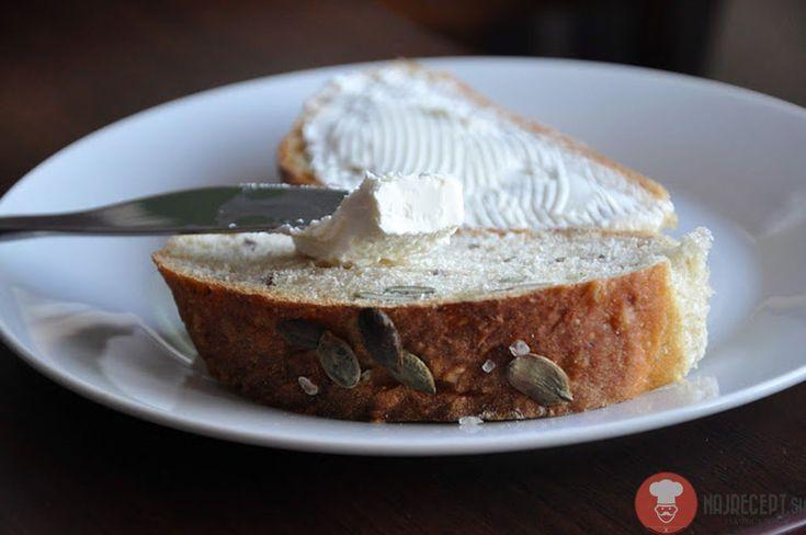 Zemiakový chlieb s prímesou špaldovej múky a semienkami. Tentokrát som nepoužila čisto bielu chlebovú múku, ale som ju zmiešala so špaldovou celozrnnou.