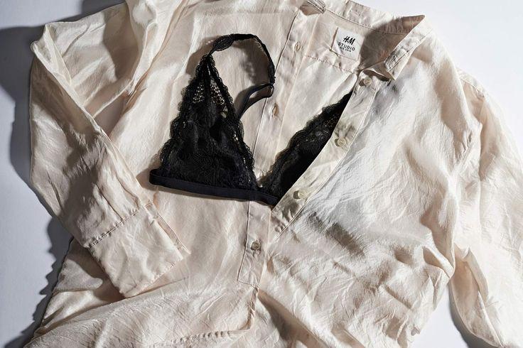 Silkkipaita ja mustat rintaliivit ovat täydellinen pari. Alusvaatteet saavat nyt näkyä.