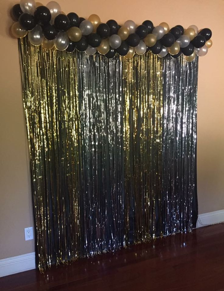 DIY photo booth for graduation party. #DIY #Graduation #Party #NewYear #Photobooth #Balloons
