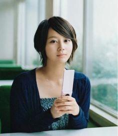 サイドにボリュームを残したフェミニンショート♡ 堀北真希のショートヘア一覧。