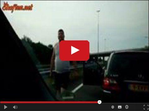 Pokazał swojego małego ptaszka http://www.smiesznefilmy.net/pokazal-swojego-malego-ptaszka #ptaszek #facet #higway #cars #driver