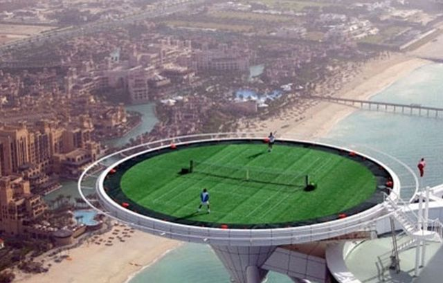 Ondertussen in Dubai - Ongezond.nl Voetbal stadion bovenop een hotel