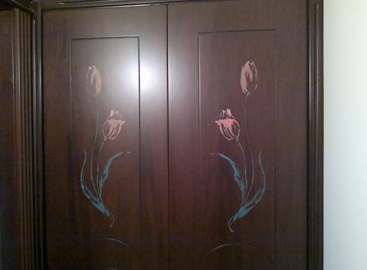 Stencil floreale su porte di legno