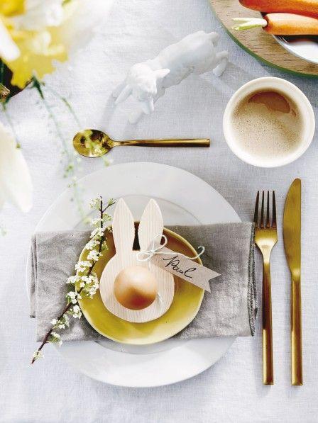 Eierbecher und Platzkarte in einem, zaubert der stilisierte Mümmelmann aus Holz jedem Gast ein Lächeln ins Gesicht. Geht ganz einfach, versprochen!