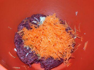 Bolinho de carne delicioso e fácil anotem os ingredientes: 1/2kg de patinho limpo e moído1 cenoura pequena2 dentes de alho1/2 cebola1 tomateSalsinha e cebolinhaAveia em flocos finos Em um recipiente colocar a carne moída e ralar o alho A cenoura A cebola Salsinha e cebolinha a gosto Tomate picado em cubos pequenos 1 xícara de …
