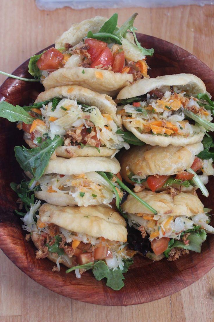 Le Bokit est un sandwich typiquement guadeloupéen . C'est un pain plat frit dans l'huile dans lequel on ajoute ce que l'on veut , du ...