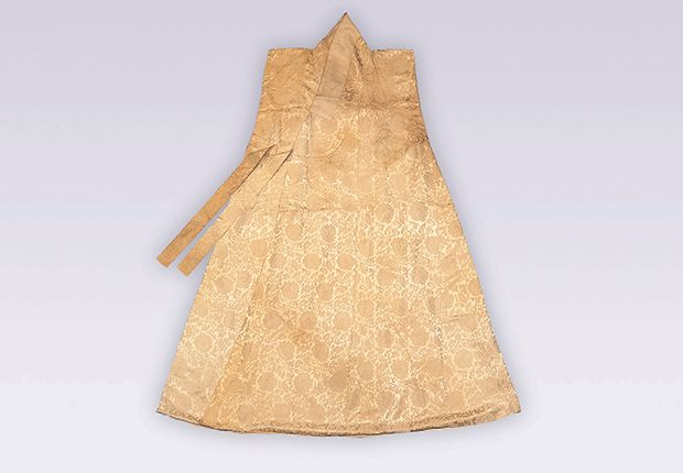 Dappo/Dapho (sleeveless overcoat) in a satin damask with lotus patterns, and a silk tabby lining, belonging to Lee Byeon (1636-1731) Length 122.5cm, Width 61.5 cm. Dankook University Seok Juseon Memorial Museum.