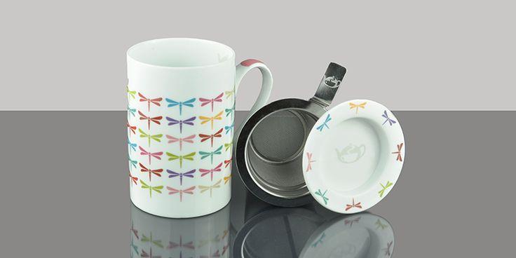 Taza de porcelana con colorido estámpado con libélulas en fondo blanco. Diseño exclusivo Tea Shop. Ideal para degustar nuestra taza de té caliente. La taza incluye filtro inox y tapa, que puede utilizarse como escurridor para el filtro. Capacidad: 0,2l.