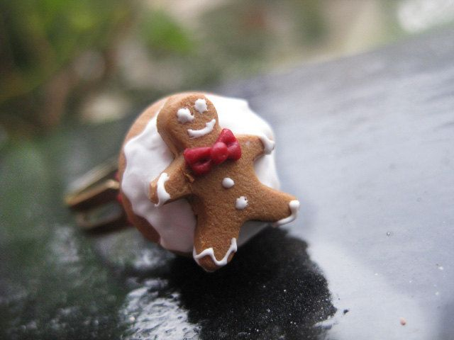 ★Christmas Gingerbread Cupcake with a Gingerbread Man on the top★  ● Christmas cupcake with cream icing, decorated with a cute, detailed gingerbread man on the top, all made of polymer clay.  ● Adjustable nickelfree metal bronze ring.  Dimensions aprox: height 1,7cm.