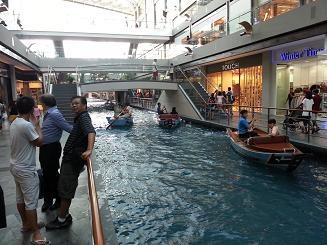 The Shoppes at Marina Bay Sands menjadi pusat perbelanjaan yang wajib saya kunjungi kalau ke Singapura lagi. Bukan hanya karena berbagai merek internasional berkumpul di sini, tetapi ada 'sungai' atau kanal di dalamnya, yang bisa dikelilingi dengan perahu seperti di Venice. What a nice place! #SGTravelBuddy