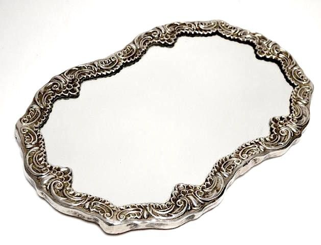 Зеркальный поднос в серебряной оправе.