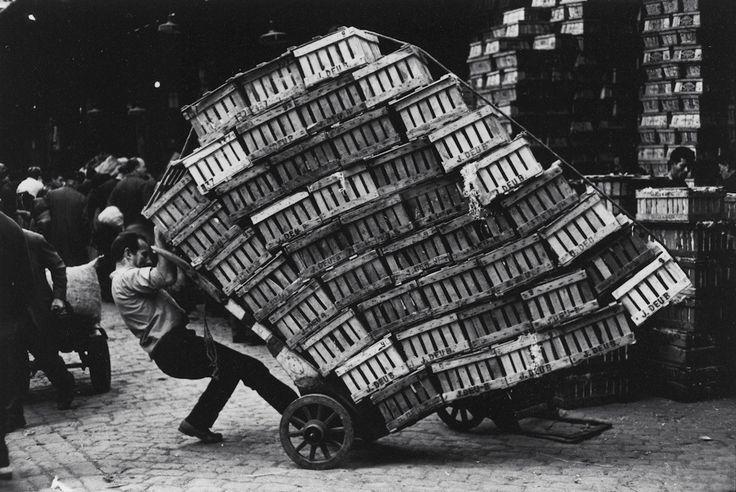 """© Miserachs, Xavier. El Born, Barcelona, 1964. Sèrie: """"Barcelona Blanc i Negre"""" ca. 1964. Fotografia a les sals de plata. 15,9 x 23,2 cm. Còpia vintage. Collecció MACBA. Fundació MACBA. Donació Agrolimen"""