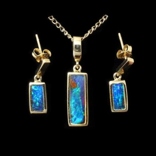 Opal set: Natural boulder opals cut out of the virgin rock and fashioned with the aid of yellow gold into a delightful set of pendant and earrings.
