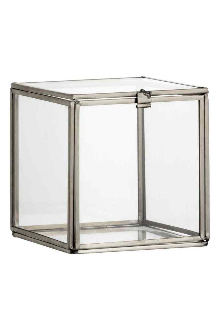 Petite boîte en verre: Petite boîte avec cadre en métal et parois en verre. Modèle avec couvercle. Dimensions 11x11x11 cm environ.