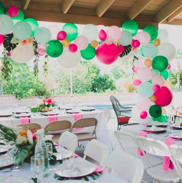 Volop kleur!: De pastelkleuren zullen altijd een trend blijven bij bruiloften, maar we zien steeds meer stellen die ook een flinke kleurexplosie durven gebruiken in hun bruiloft. En dat kan zo mooi zijn! Zeker als je net even iets anders wilt dan anders. Check de blog: http://www.girlsofhonour.nl/allerleukste-bruiloft-trends-2017/