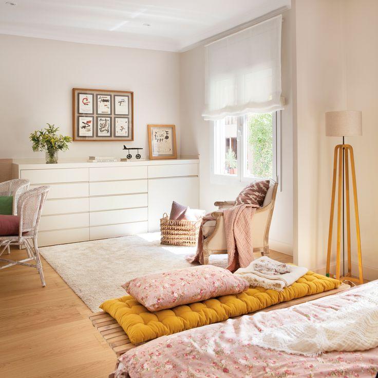 dormitorio principal con cajonera blanca alfombra y butaca banqueta a pie de cama y