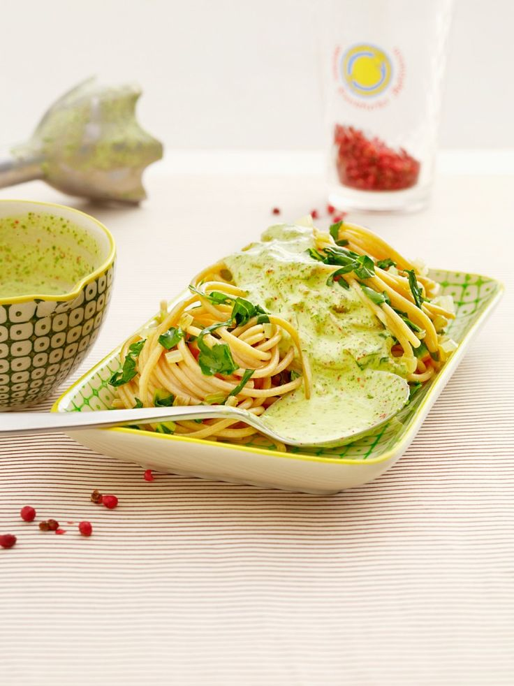 Spaghetti mit Bärlauchsauce | Kalorien: 547 Kcal - Zeit: 20 Min. | http://eatsmarter.de/rezepte/spaghetti-mit-baerlauchsauce