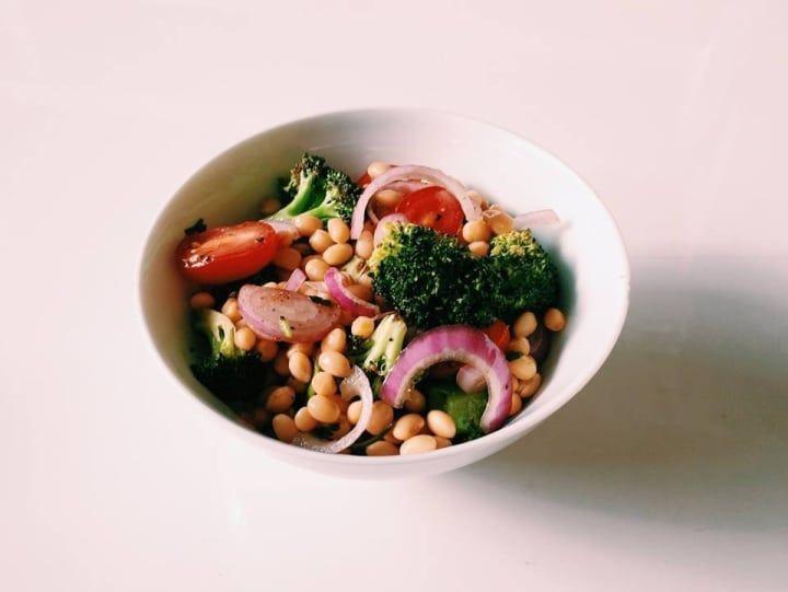 São poucos ingredientes: soja cozida, brócolis assado, tomate-cereja e cebola roxa fatiada. Daí é só temperar com azeite, sal, vinagre e pimenta-do-reino. Confira aqui a receita.