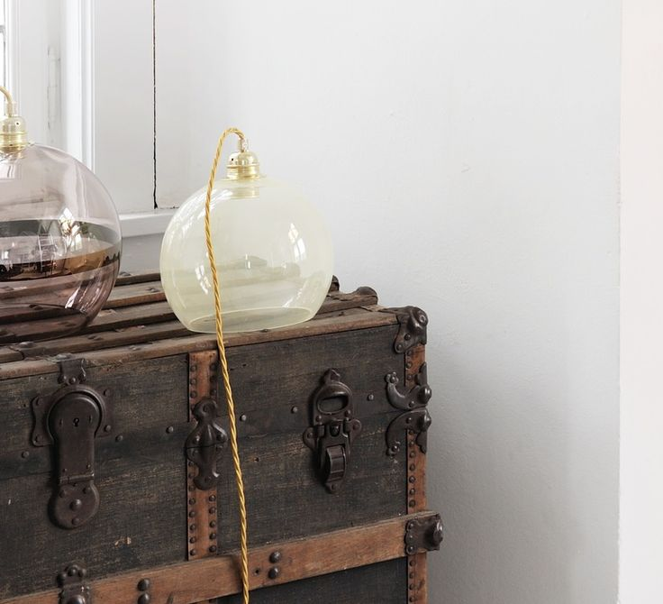 La lampe Rowan de la designer Susanne Nielsen, créatrice du studio Ebb and Flow. #EbbandFlow #Susannenielsen #rowan #supension #pendantlight #éclairage #lighting #luminaire #lampe #lamp #inspiration #blownglass #glass #verre soufflé #verre #jaune #yellow