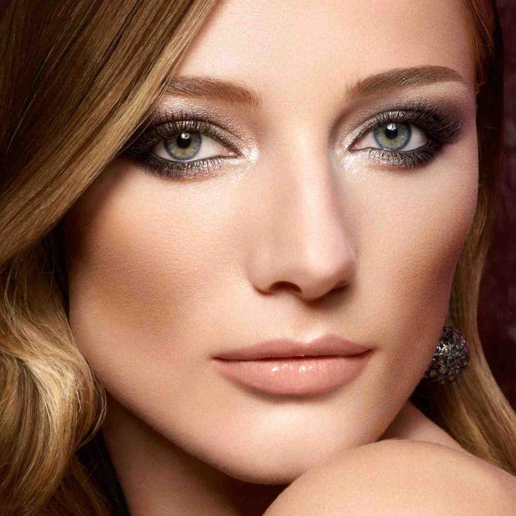 Smokey Eye Makeup für blau-grüne Augen - Lippen im Nude-Look
