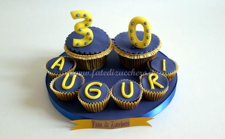 Composizione di Cupcakes per il 30° Compleanno: con cuore morbido al cioccolato bianc e personalizzati con pasta di zucchero