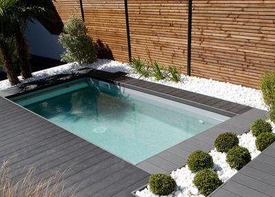 Modèle: mini-piscine Caron avec escalier angle banquette. Dimensions : 2,20 x 4,50 mètres. tructure : panneaux en béton armé 1,20 mètres de hauteur. Particularité : petit terrain de ville. Prix : sur devis.