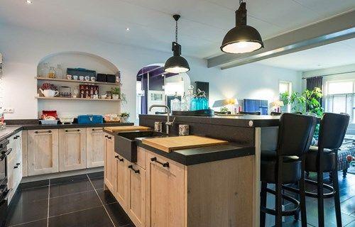 Een landelijk keuken met kookeiland, gemaakt in een voormalige slijterij. Lees het complete verhaal en bekijk meer foto's op onze website. #landelijk #kookeiland #houten